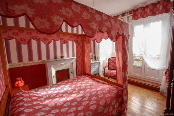 Chambre au lit quenouille