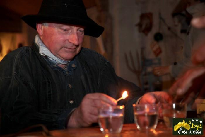 Jean Guy prépare un petit spectacle de fin de soirée