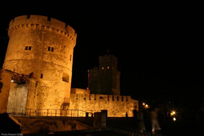 La tour de la chaine eclairée la nuit à la rochelle